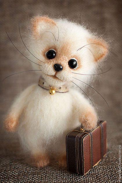 Knitted toy kitty / Игрушки животные, ручной работы. Ярмарка Мастеров - ручная работа. Купить Маленький путешественник. Handmade. Бежевый, игрушка ручной работы