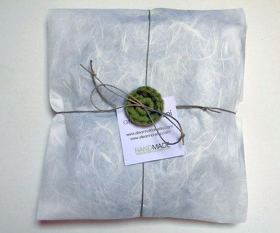 Orecchini con palline in cotone fatte a mano e perle in legno. Grigio perla. €14,00, via Etsy.