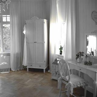 Kallholmens möbler på Wifstavarvs herrgård. Prästgården klädskåp, Rosgården stilbord och stolen Vilhelmina.