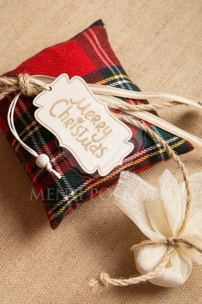 Χριστουγεννιάτικες μπομπονιέρες βάπτισης αρωματικό Σκωτσέζικο καρό μαξιλάρι διακοσμημένο με ξύλινο ταμπελάκι με ευχές