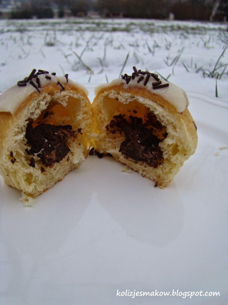 Domowe pączki pieczone z nadzieniem z gorzkiej czekolady i polewą z białej czekolady. Mniam!
