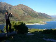 Племена маори верно хранят тайные знания своих предков о сокровищах озера Хавеа (Lake Hawea). Эти загадки человечеству еще предстоит разгадать. Но сегодня мы расскажем о рукотворном сокровище этого региона, возвышающемся над изумрудными водами Хавеа отеле «Серебристая Сосна» (Silver Pine). | Ahipara Luxury Travel New Zealand #новаязеландия #зеландия #гостиница #роскошь #гид #туры #достопримечательности #отзыв