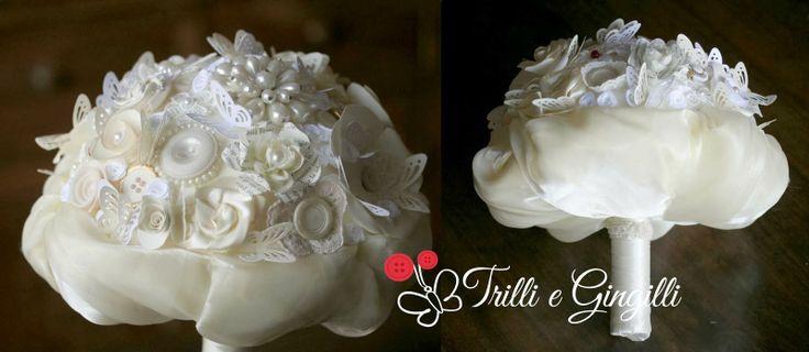 Bouquet gioiello bianco avorio realizzato con perle, madreperle, bottoni d'epoca, fiori di carta e stoffa (con aggiunta di farfalle di carta) info@trilliegingilli.com Bouquet originali, particolari, alternativi.
