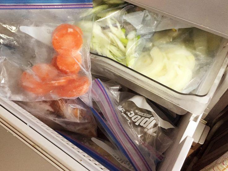大量に野菜を買ったとき、ちょっと野菜が残ってしまったときどのように保存していますか?今、人気なのが「生のままの野菜を冷凍保存」なんです。野菜を冷凍保存というとちょっと敬遠するかたもいらっしゃると思いますが、冷凍方法をしっかりすれば使い勝手抜群なんですよ!そんな冷凍野菜についてご紹介します。