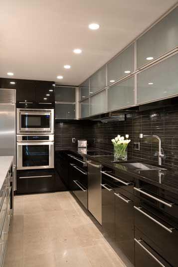 Cozinha com pastilhas e armários pretos #kitchen #cocina #cozinhamoderna #interiordesign #homedecor #decoração #torredeeletros