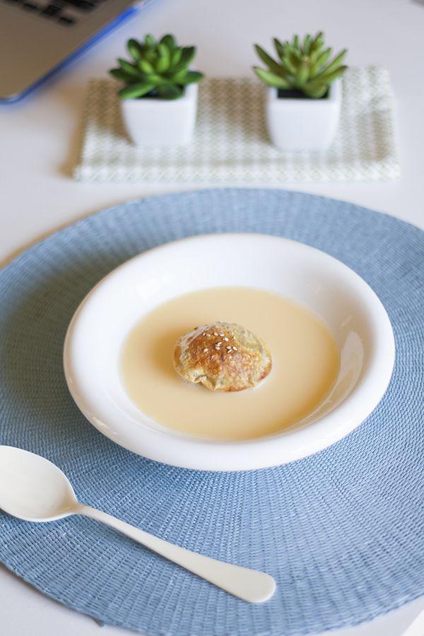 El postre de hoy es fino y elegante, pero además está buenísimo! La base es una crema inglesa y encima lleva un ravioli relleno de manzana espectacular.
