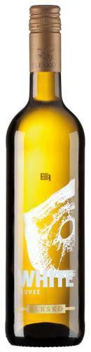 Sadnite si, vyložte nohy a oddychujte pri pohári vína White Cuvée /Tokay/ z vinárne ELESKO. Získa si vás svojou podmanivou ovocnou vôňou s tónmi marhúľ a čerstvých limetiek. #wine #winelovers #wineexpert #wineexpersk #wineexperteu #elesko #slovakia #slovakiawine #drinkwine