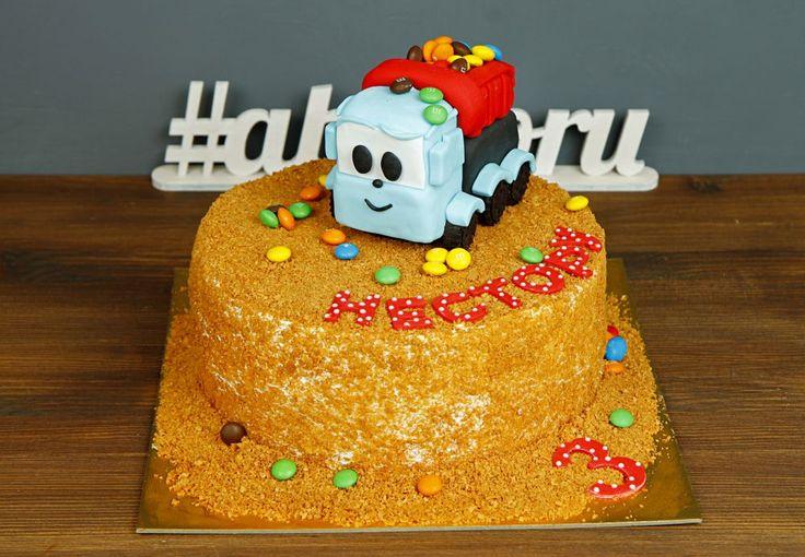 """Детский торт """"Грузовичок Лёва""""  Лёва - маленький, но очень смышленый грузовичок🚛 Ему нравится познавать что-то новое и проводить время за игрой-конструктором на просторной детской площадке, куда постоянно попадает множество разноцветных деталей. Удивите своего малыша подарив ему на день рождения тортик с любимым героем😃  Изготовление тортика как на фото возможно от 3-х кг всего за 2350₽/кг👍  Специалисты #Абелло готовы помочь с выбором красивого и качественного десерта по любому поводу по…"""
