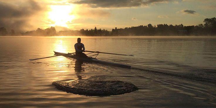 aviron en skiff à l'aube
