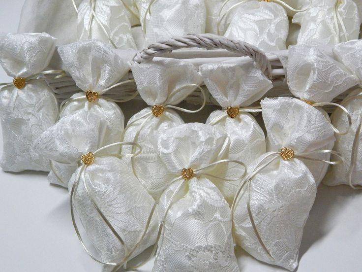 Μπομπονιέρες χειροποίητες γάμου/αρραβώνα με ιβουάρ σατέν, δαντέλα στο μπροστινό μέρος και διακοσμητική επιχρυσωμένη καρδιά!  #mpomponieres #wedding #gold #heart #pouch #favors #greek #classy #lace #saten #μπομπονιέρες #γάμος #engaged