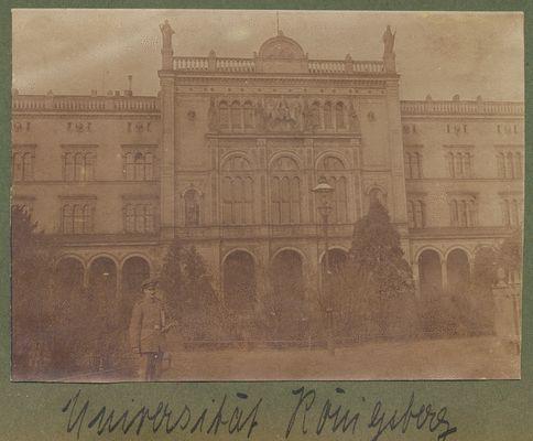 Königsberg (Pr). unbekannter Soldat vor der Universität