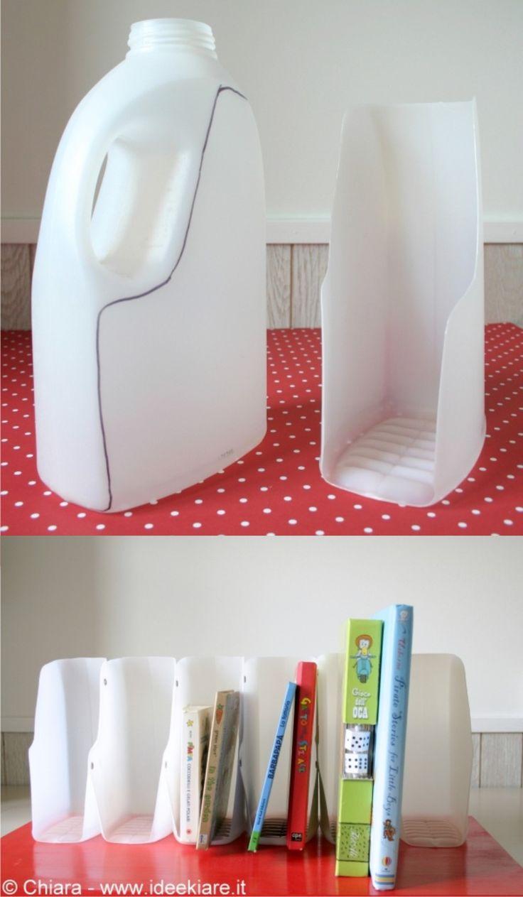 Interesante DIY para reciclar botellas grandes de plástico, normalmente de suavizante o detergente, reutilizando el plástico para crear unos ingeniosos portalibros, que puedes fijar con tornillos a una estantería o mesa como en este ejemplo y unir varios para dar más estabilidad. Mira el paso a …