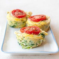 Muffiny jajeczne z jarmużem i cukinią. Jajka wystarczy wymieszać z ulubionymi składnikami a powstałą masę jajeczno-warzywną piec w formie na muffiny.