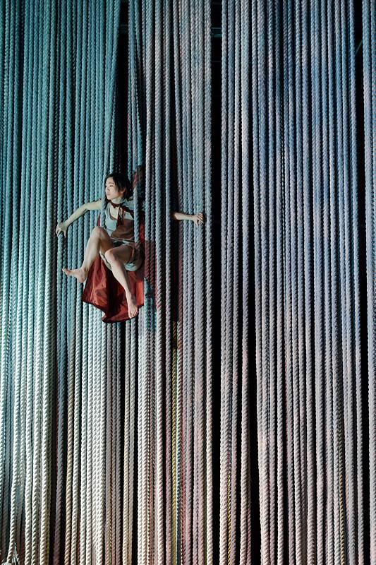 multiplicity of ropes - or, is the tent made up of lots of vertical panels performers can come through?