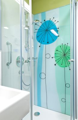 Egyedi méretre gyártott zuhanykabin grafikai üveg felülettel fényes króm vasalataival, akril vízzáró profilokkal #uveg #üveg #zuhanykabin #zuhanyajto #zuhanyajtó #sabalux #sábalux