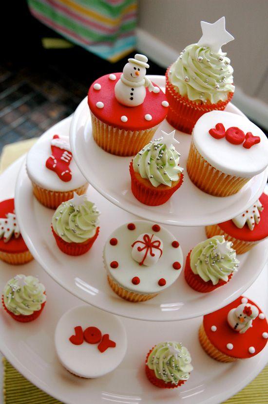 Kerstmis cupcakes | Bekijk hier meer versierideeën voor kerst cupcakes: http://www.jouwwoonidee.nl/kerst-cupcakes/