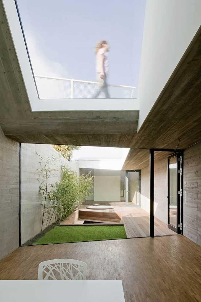 Půdorysný rozměr objektu je velmi úzký, 35 x 5 m, přesto je ve středu domu zelené atrium s nenáročnou zelení.