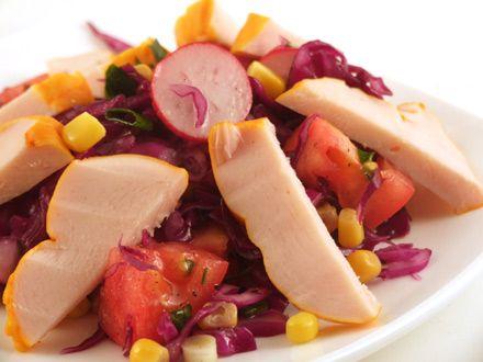 Salata de varza rosie cu piept de pui afumat