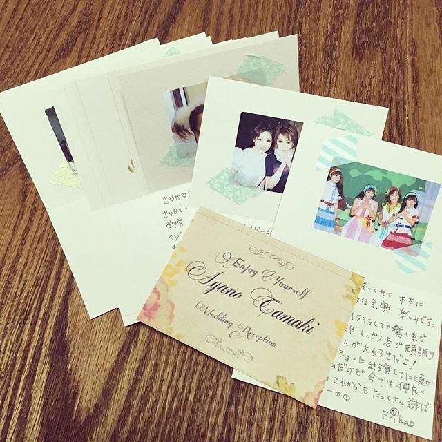 当日来てくれるお友達に時間のある時にメッセージカードを書き書き◡̈♥︎それぞれ名前の入ったカードに、昔の思い出の写真を貼りました。席札はロゼットなので、このカードは飾りで置いてあるお皿の下に置いておいてstaffがお皿を片付けるとこのカードが現れるサプライズ。 ちょっとでも喜んでもらえるといいなぁ😌 #ウェディング #wedding #weddingreception #メッセージカード #席札メッセージ #席札 #結婚式準備 #写真 #message #messagecard #card #diy