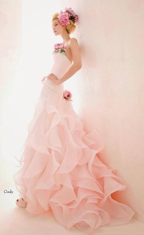 Mi piacciono molto gli abiti da sposa di Atelier Aimee. Questo salone da sposa si trova a Milano. I loro vestiti sono fantasiosi e i tessuti sono leggerissimi. In particolare, mi piace questo vestito da sposa rosa e i fiori che la modella ha in testa.