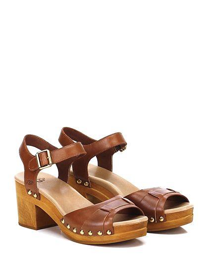 UGG - Sandalo basso - Donna - Sandalo basso in pelle con cinturino su collo piede e borchie laterali. Suola in gomma, tacco 70, platform 25 con batuuta 45. - RUST\RUGGINE - € 160.00