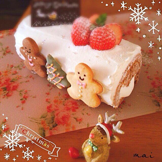 チョコ生地のスポンジと和三盆クリームを合わせました。ジンジャークッキーもかわいくできたかな?^ ^アイシングが苦手なのでホワイトチョコに色粉を入れました。 - 34件のもぐもぐ - クリスマスロールケーキ by まい