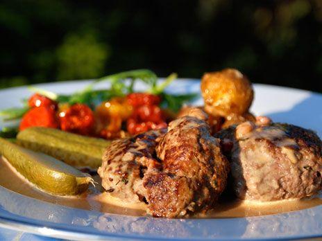 Älgfärsbiffar i lingonsås med potatis- och tomatrost, serveras med saltgurka | Recept.nu
