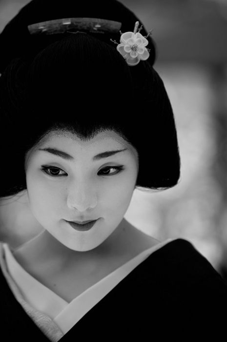 Geiko Ichiteru is so beautiful in a very special way. She looks very kind, i think she would one day make a great Okasan.
