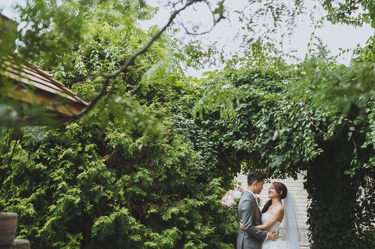 Lovely lush backdrop for the happy newly weds. Wedding photography by Eyekahfoto.