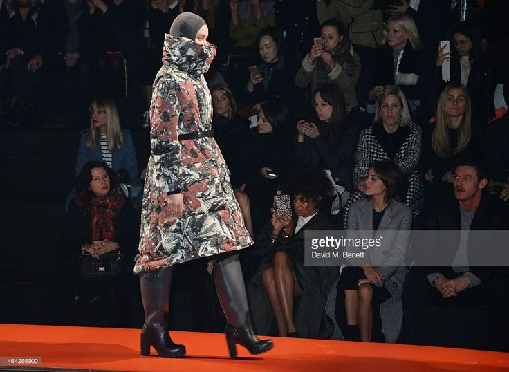 Fran Cutler Aluna Francis Alexa Chung and Luke Evans watch from the... ニュース写真   Getty Images