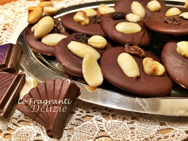 Mendiant al cioccolato fondente, golose cialde di cioccolato e frutta secca.