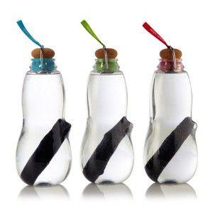 Weniger Wasser in Flaschen kaufen und dafür veredeltes Leitungswasser trinken? Das klingt nicht nur gut, das ist auch gut – und die Trinkflasche mit Filter eine tolle Geschenkidee für alle, denen sowohl die Umwelt als auch ihre eigene Gesundheit am Herzen liegen!
