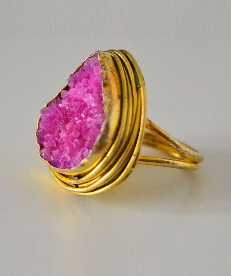 Anillo de piedra rosa engarzado en oro