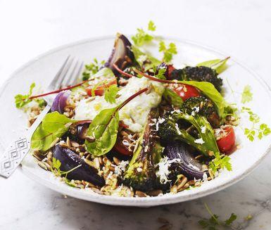 Varm sallad med matvete, broccoli, rödlök och avokadokräm som sås är en matig sallad att servera till lax eller kyckling. Salladen blir smakrik då broccolin rostas och blandas med späd mangold och knapriga solrosfrön.