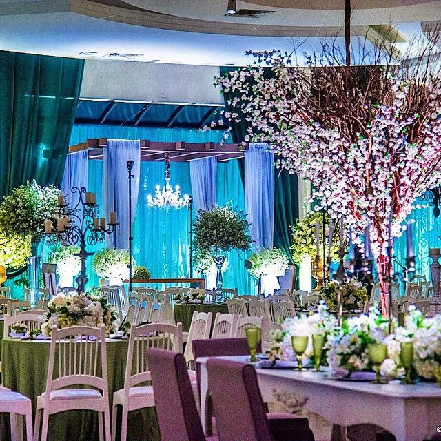 Árvore Francesa em decoração de casamento. Fonte (Instagram): @incolor_iluminacao_cenica