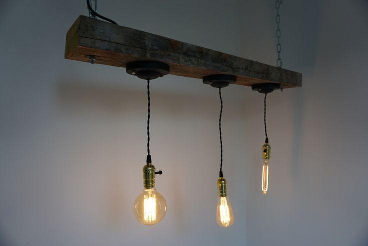 Industriële hanglamp voor boven de eettafel! #industrielelamp #industrieelwonen #handgemaaktelamp #houtenlamp #hanglamp