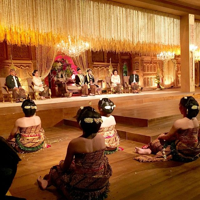 Live Wedding Report from Kania&Rafil's Wedding Reception. Like the kings and queens of ancient javanese kingdom, look at the lovely couple with the tiny javanese dancers. Javanese attire by #edwardhutabarat Make up by @adiadrian_ds Paes by @mamiehardo Photo and Video by @theportraitphotography Decor by #stupacaspea @eka_d_w Lighting by #etcetera @iwankurus Photo courtesy of @thebridebestfriend