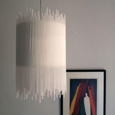 pantalla de lampara hecha con bombillas plásticas.