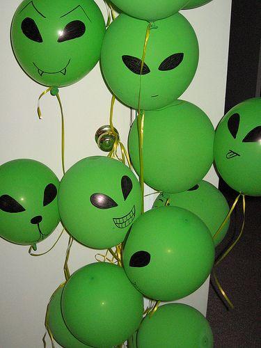 Aliens! Pode-se substituir a bexiga por lanternas chinesas.;)                                                                                                                                                                                 Mais