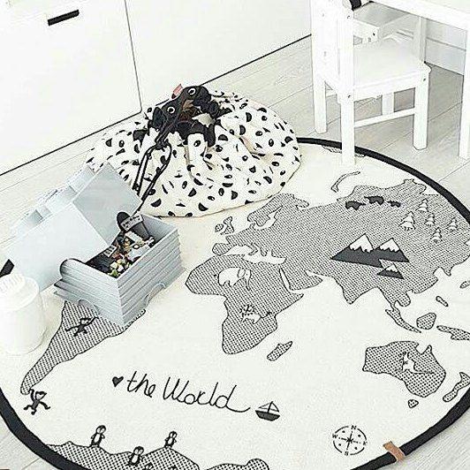 Hola a todos! Solo nos quedan dos unidades de la alfombra The World. Y estáis a tiempo de encargarla a los Reyes Magos. A mediados de Enero nos llegarán más unidades. La bolsa panda y lego disponible en la shop.  Rincón de @ninaclave ❤ #decoandkids