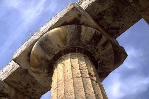 Particolare di un capitello dorico arcaico della cosiddetta basilica di Paestum (Tempio di Hera)