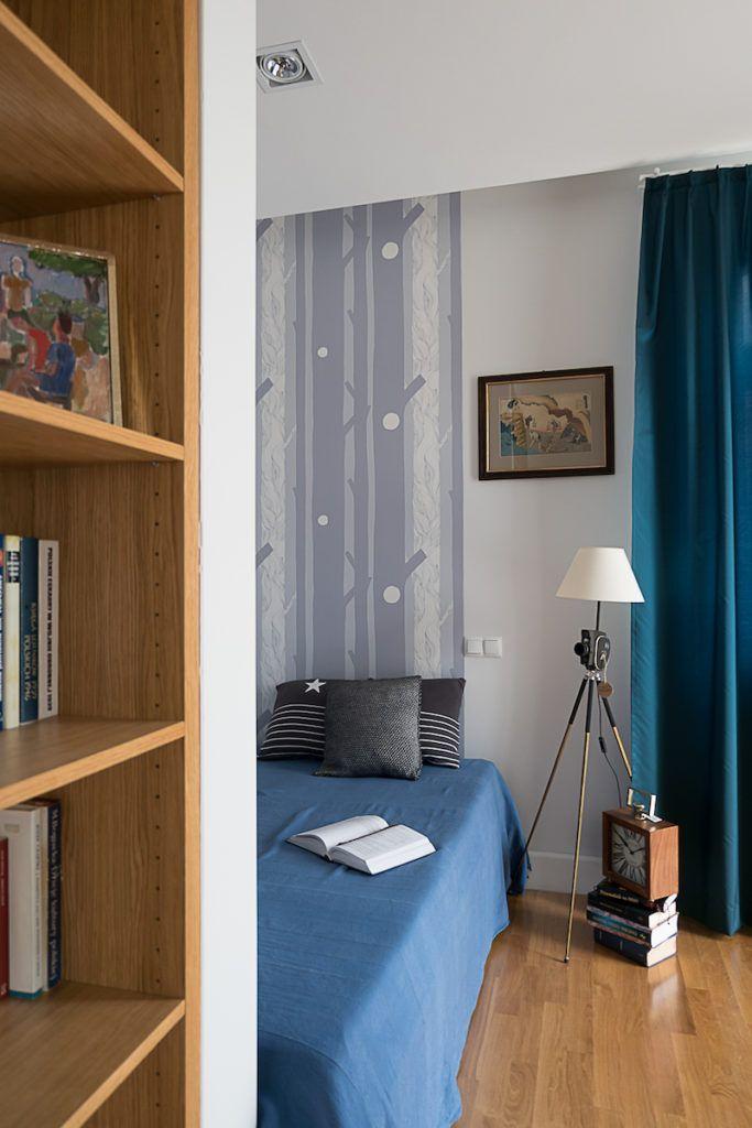 Projektowanie wnętrz @jacektryc #ryc #Sypialnia #kawalerka #Warszawa #kamienica #wallpaper #bed #clock #zegar #łóżko #blue #interiors #inetriordesign #books #bookshelf #wood #lampa @LePukka