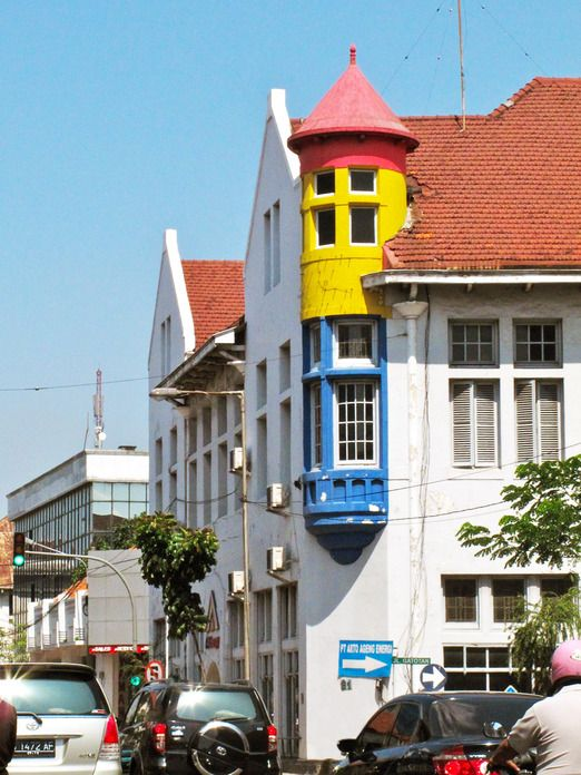 Surabaya Lama, a repainted old tower. Photo by Murni.