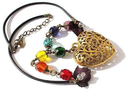 """Collier en perles de verre a facettes et dépolies sur cordon cuir avec un gros coeur : """"Amour universel"""""""