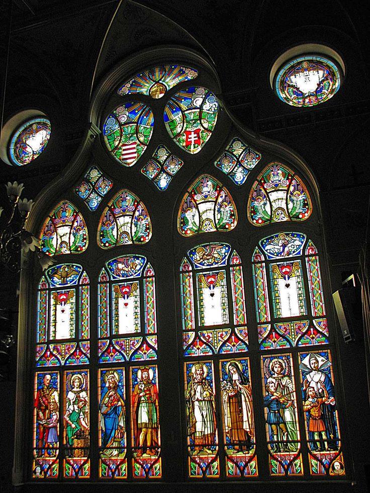 Magyarország legnagyobb festett ólomüveg ablaka :az Ajtósi D. sor 39. sz. alatti Nádor teremben található a magyarországi szecesszió egyik ékköveként méltán számon tartott impozáns ablaka ( Vakok Országos Nevelő- és Tanintézete)