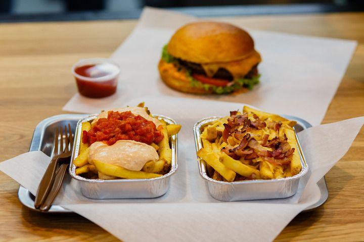 Картофель по-белградски ( слева) , картофель с беконом и сыром (справа). Чизбургер ( на заднем плане)