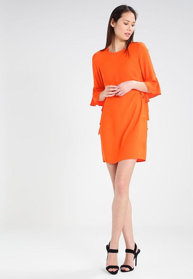 Un abito per un evento importante? Sceglilo arancione con volant e sarai super glamour!