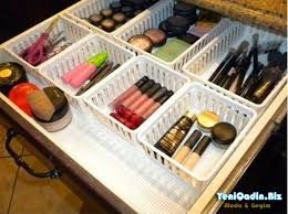 Make-up opbergen in verschillende bakjes.