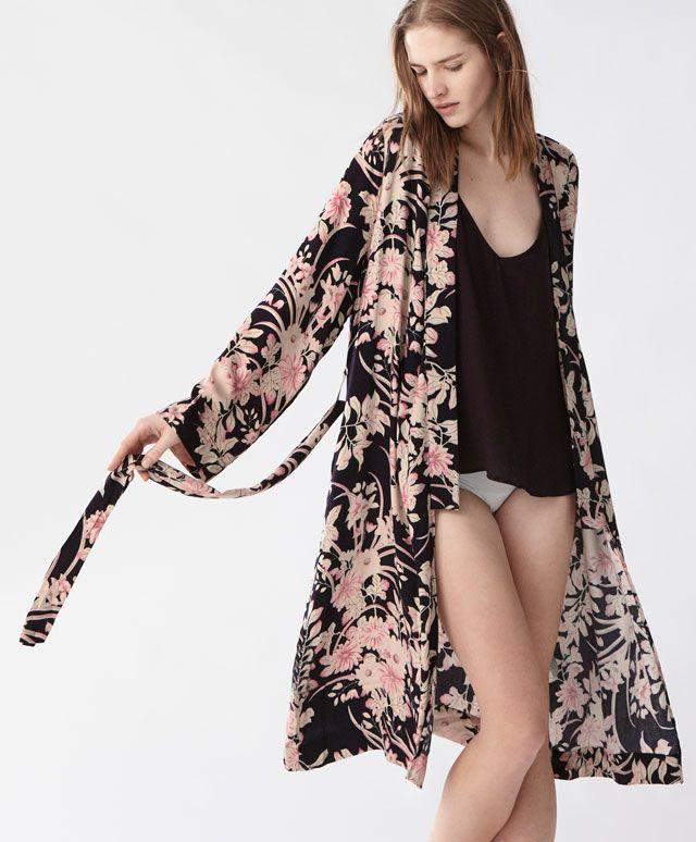 Халат с цветочным принтом в винтажном стиле - Новинки - Тенденции женской моды весна лето 2017 на Oysho онлайн: нижнее белье, спортивная одежда, пижамы, купальники, бикини, боди, ночные рубашки, аксессуары, обувь и аксессуары. Модели для каждой женщины!