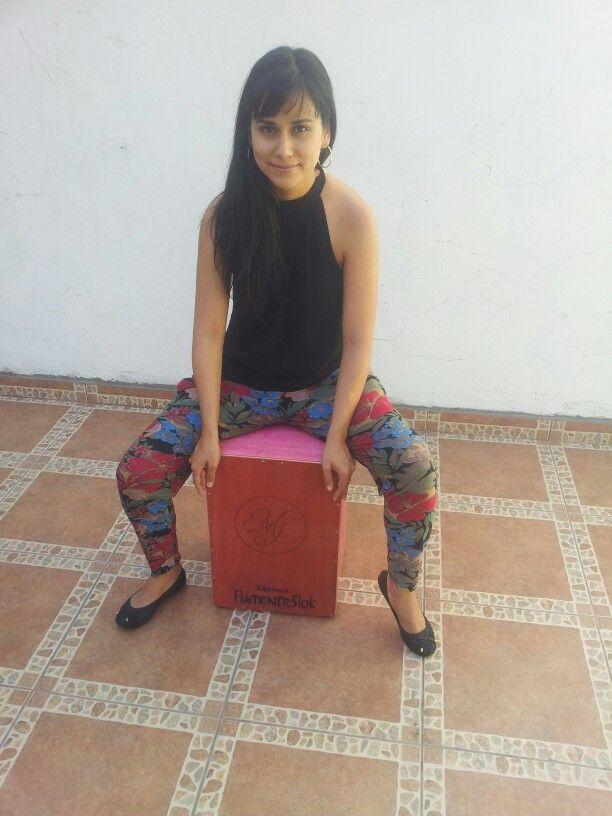 Natalia de la Fuente en su Flamentr3lok!!    #Cajon #CajonPeruano #Cajoneras #MujeresAlCajon  #Chile #Flamentr3lok